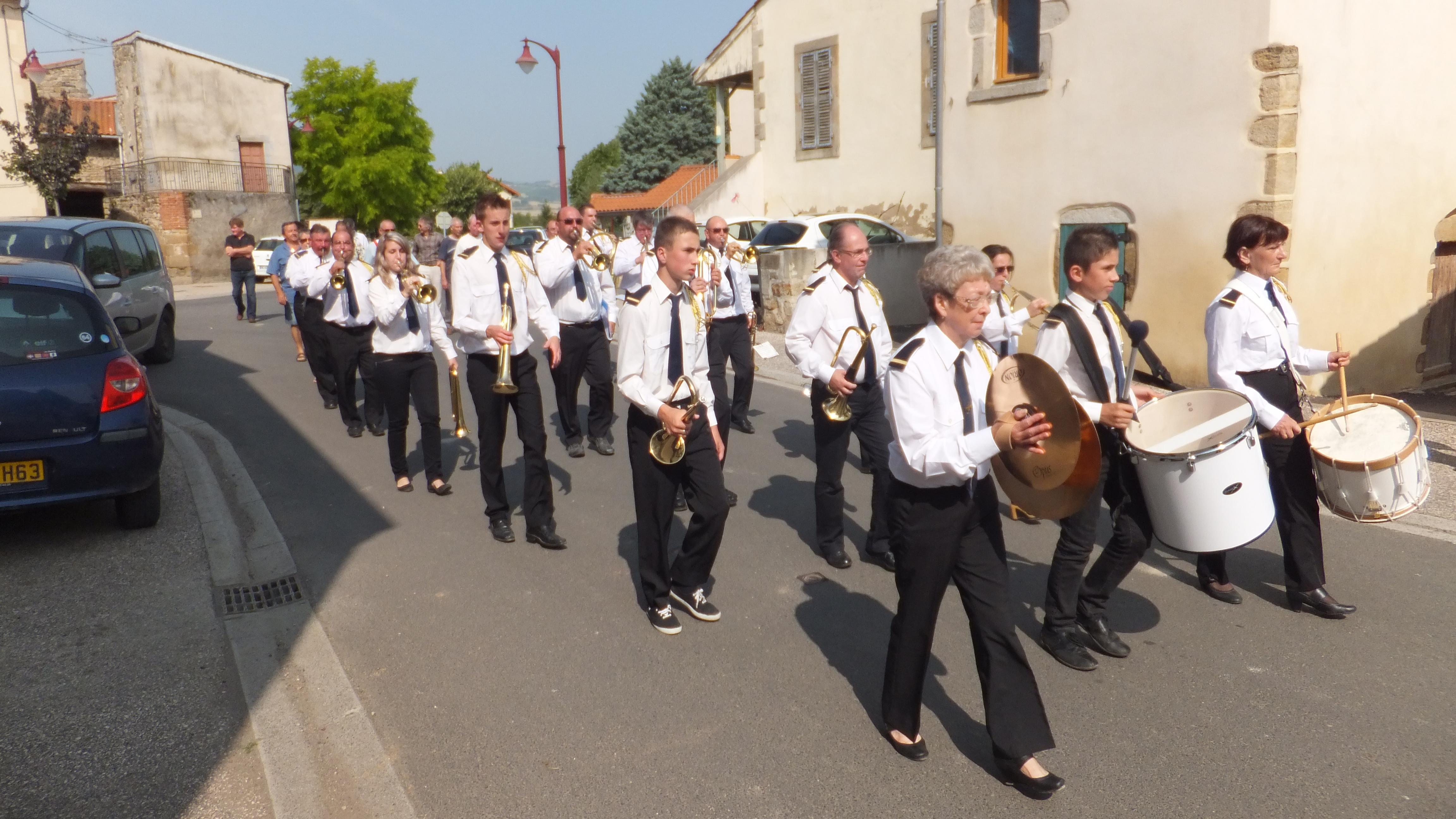 Et bien, tu as raté le défilé du 14 juillet,  le Tour d'Auvergne cycliste  et le spectacle de rue par le collectif Gonzo.  Tu peux toujours aller les applaudirau festival d'Aurillac (15) tous les jours à 15 h 15 dans différents lieux ( pastille 15) mais …c'est plus loin !