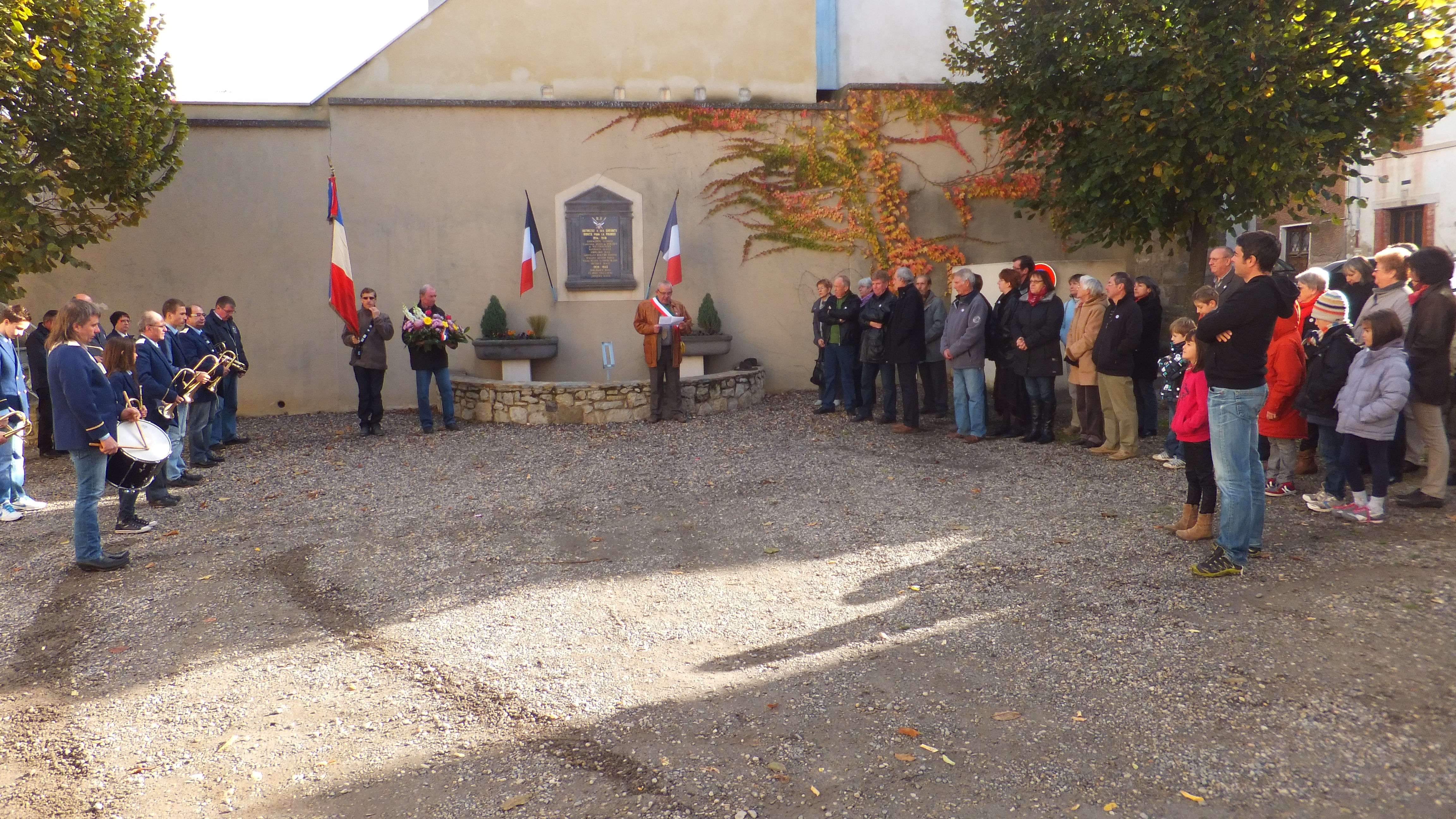 Les enfants de la commune ont déposé la gerbe avec monsieur Le Maire, Jean ClaudeRoche.