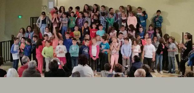 Jeudi 11 mai à la salle des fêtes, 75 enfants, élèves de primaire du RPI Authezat-La Sauvetat ont conquis les aînés du village invités à venir se distraire au son de voix enfantines. Un grand moment d'émotion.  Partagez