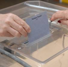 Résultats 1er tour : dimanche 10 juin 2012    A AUTHEZAT   INSCRITS VOTANTS NULS EXPRIMES   483 322 (66,66 %) 6 (1,86 %) 316 (98,14 %)    Monsieur Jean-Paul BACQUET est réélu, les électeurs ne seront pas convoqués au deuxième tour prévu dimanche 17 juin.    CANDIDATS Nbre de voix à Authezat % exprimés à Authezat  % exprimés dans la 4ème circonscription  Elu   BACQUET Jean-Paul 171 54,11 % 50,91 % oui   SEYTRE Alexandre 1 0,32 % 0,81 %    GOYEAU Patrick 2 0,63 % 0,77 %    FOURVEL-PELLETIER Hélène 7 2,22 % 3,24 %    FORTIER Pierre 1 0,32 [...]