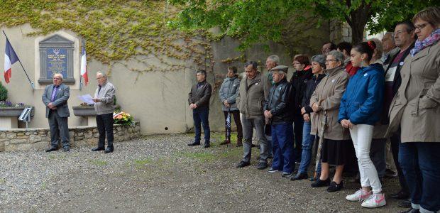 La population s'est rassemblée autour du monument aux Morts, lundi 08 mai. Partagez