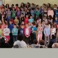 Jeudi 11 mai à la salle des fêtes, 75 enfants, élèves de primaire du RPI Authezat-La Sauvetat ont conquis les aînés du village invités à venir se distraire au son de voix enfantines. Un grand moment d'émotion.